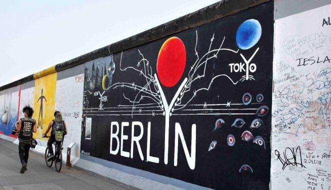 Chụp hình lưu niệm ở Quảng trường Berlin