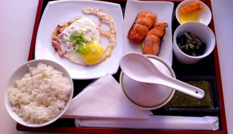 Thưởng thức bữa sáng ở Nhật Bản
